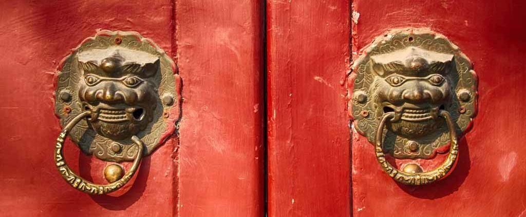 Chinesisches rote Tür mit Löwenkopfgriffen
