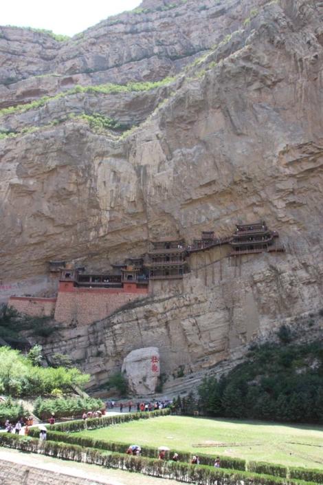 Das Hängende Kloster bei Datong, vom Tal aus gesehen scheint es sich an die Felswand zu klammern.
