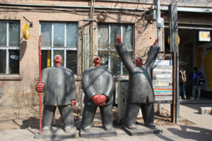 Drei Statuen im 798 Art District in Peking.