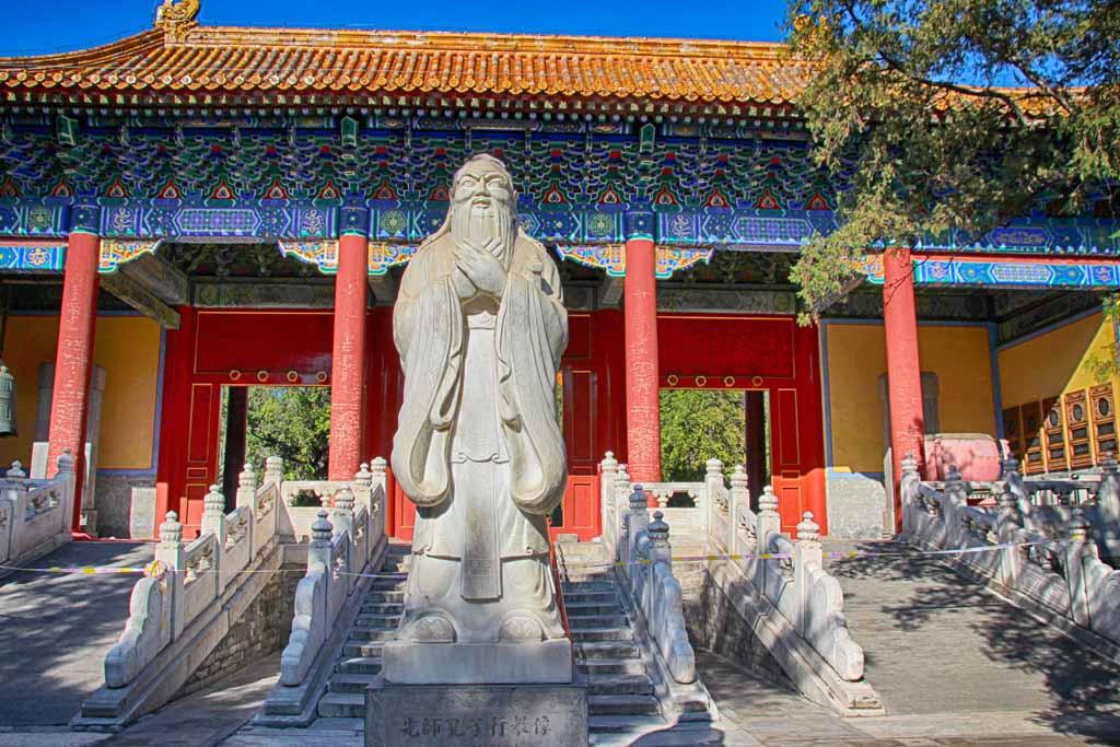 Konfuziustempel in Peking - Statue vor der ersten Halle