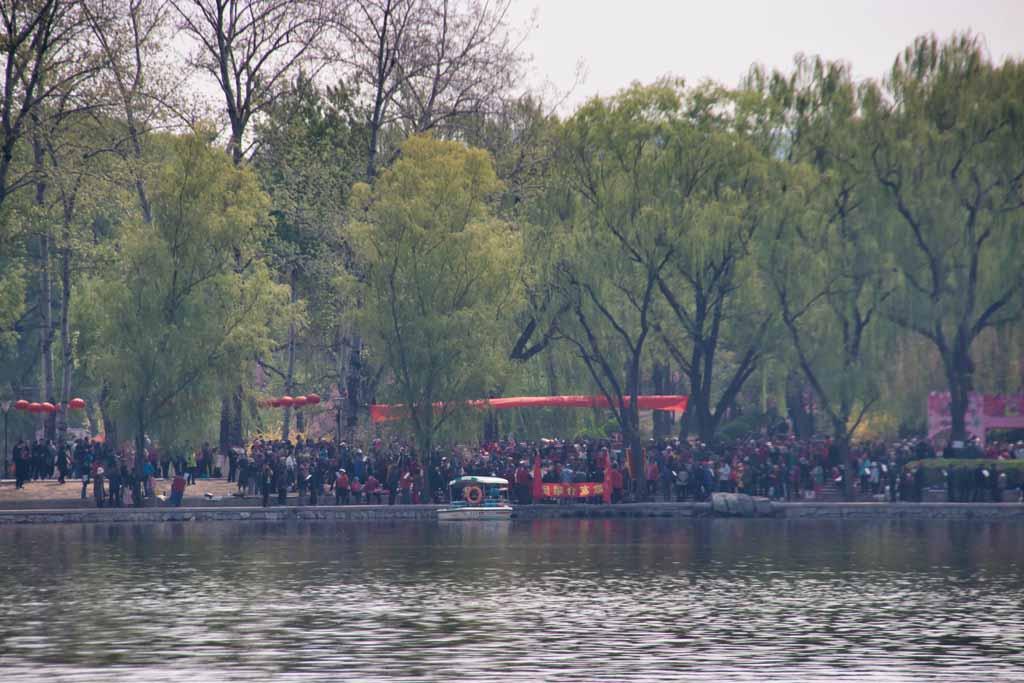 Ein Chor am See im Yuyuantan-Park in Peking