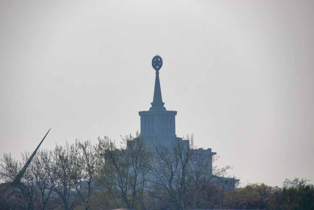 Militärmusum und die Spitze der Sonnenuhr des Millennium-Monuments
