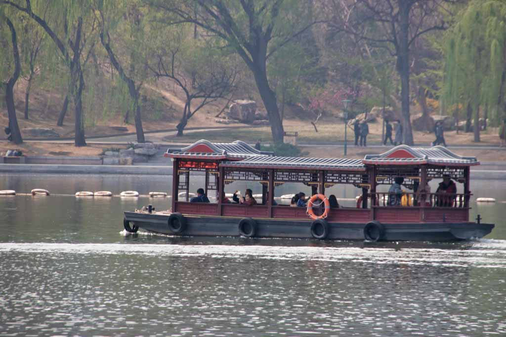 Pendelboot auf dem See im Yuyuantan-Park in Peking