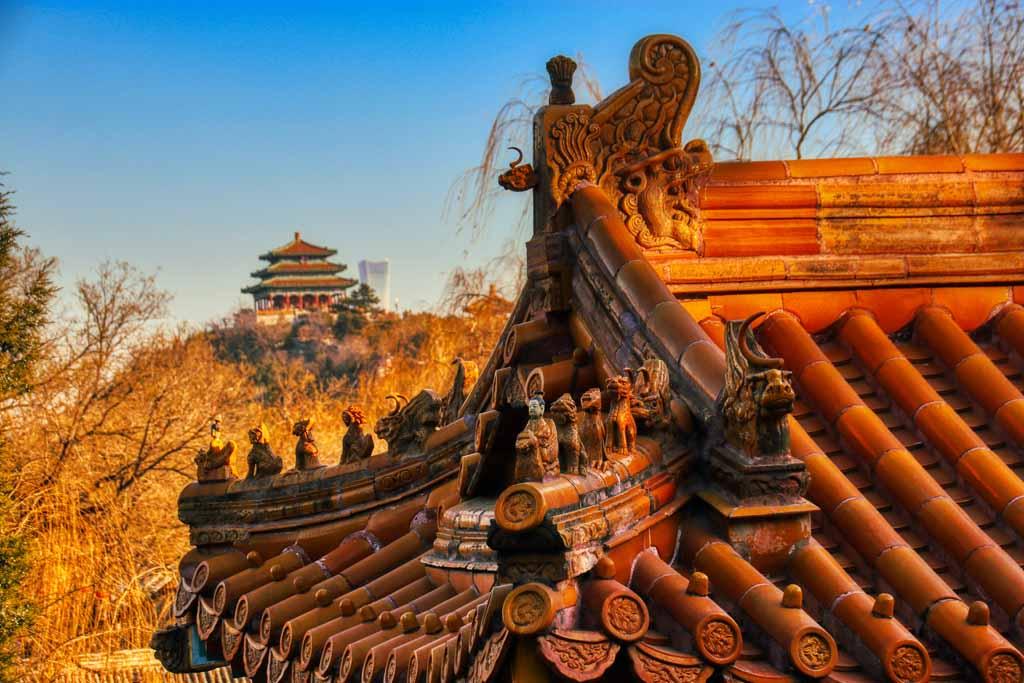 Blick von der Jadeblumeninsel: Wanchun Pavillon im Jingshan Park, dahinter das höchste Gebäude Pekings, der Zhongguo Zun