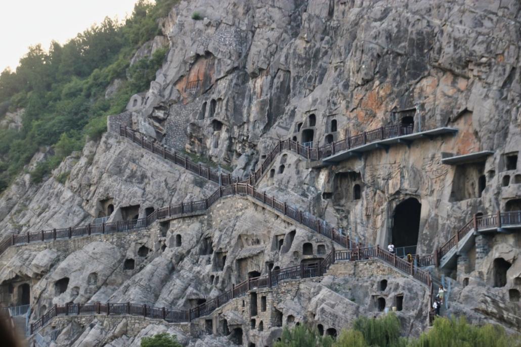 Longmen-Grotten vom Fluss aus gesehen