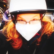 Lin mit Helm und Maske
