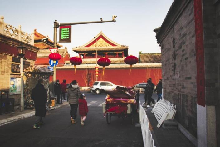 Blick auf den Lamatempel vom Wudaoying-Hutong in Peking aus