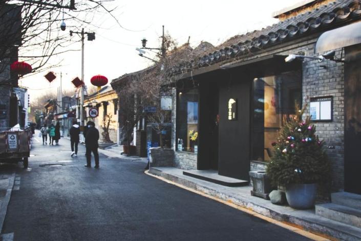 Weihnachtsbaum und chinesische Neujahrsdeko im Wudaoying-Hutong