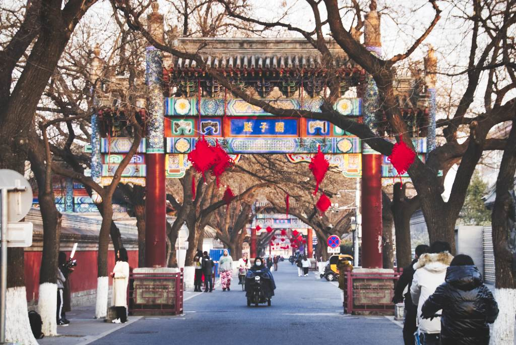 Torbögen und Neujahrsdeko in Pekings Guozijian Straße