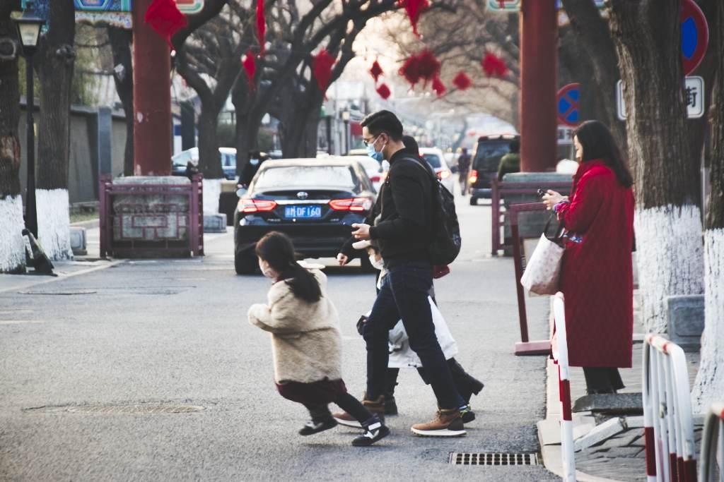 Passanten am Ausgang des Konfuzius-Tempels