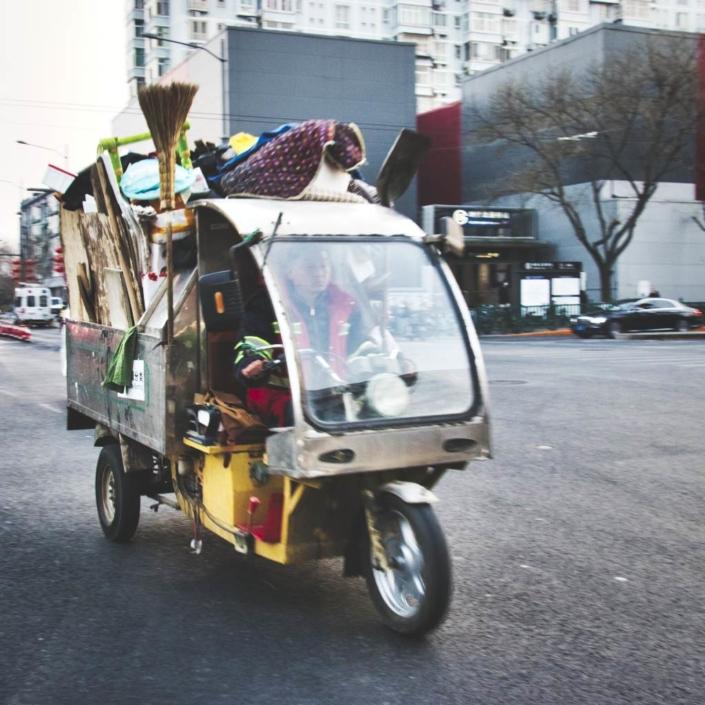 Voll beladenes Dreirad-Tuktuk