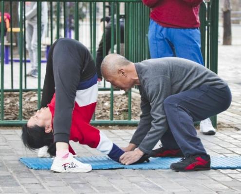 Turnerin und Trainer im Park
