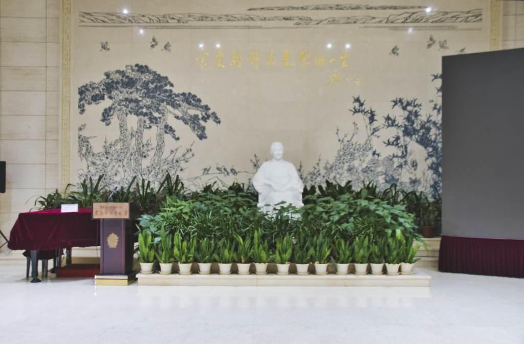 Statue von Song Qingling in der Halles des Ausstellungsgebäudes ihrer Residenz