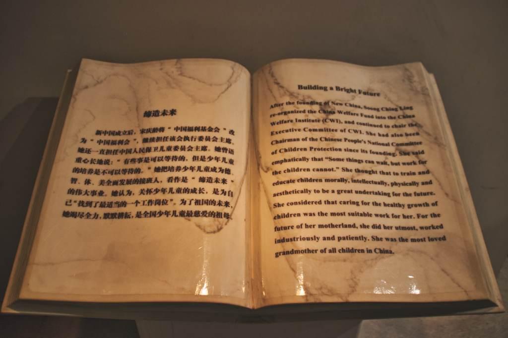 Buch als Beschilderung in der Ausstellung