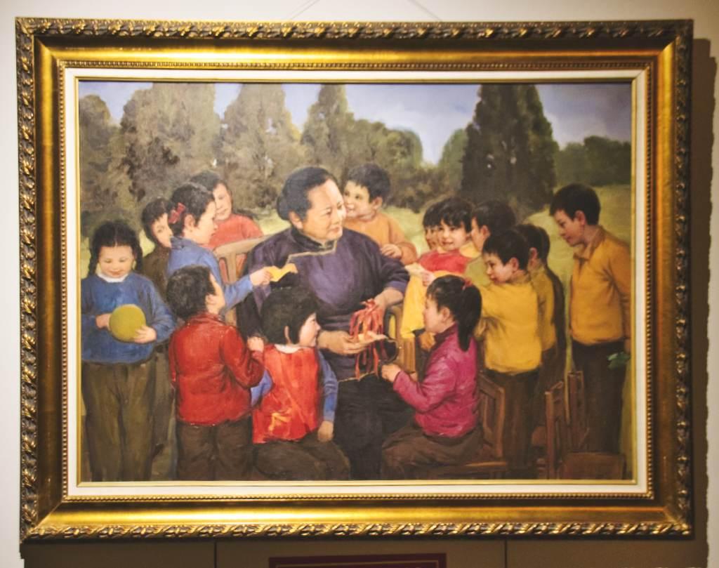 Gemälde, das Song Qingling inmitten einer Kinderschar zeigt.