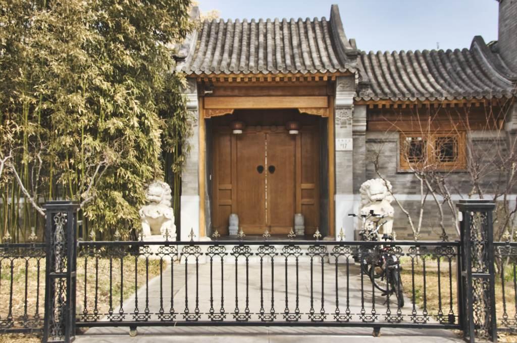 Neu renoviertes Haus mit Holztüren und Rahmen am Pekinger Houhai.