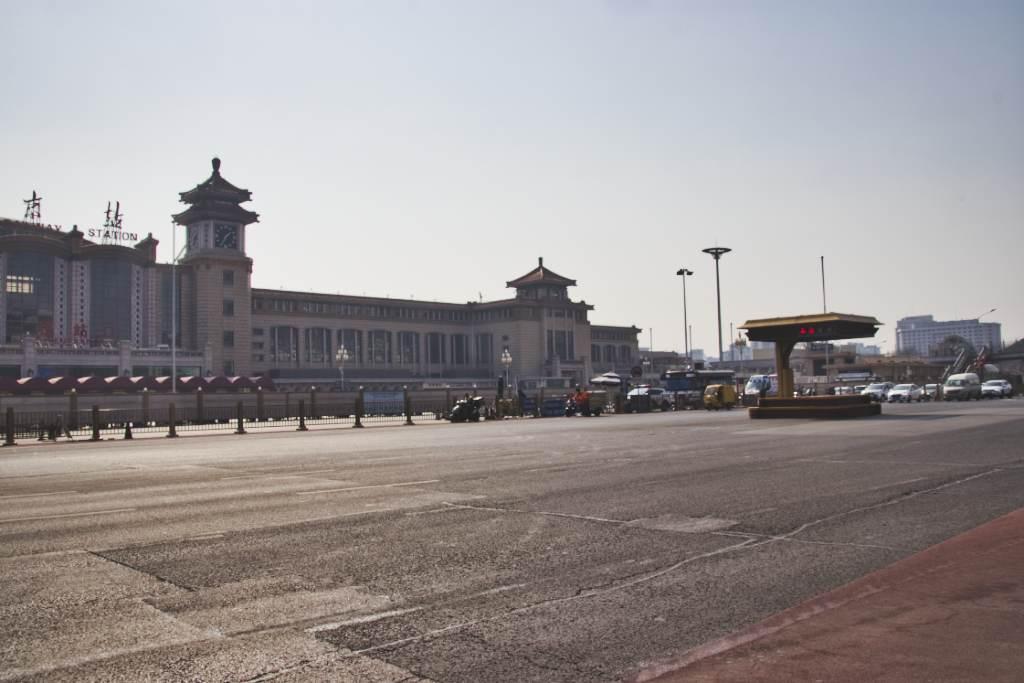 Pekinger Bahnhofsstraße mit nur wenig Verkehr, leere Fahrspuren