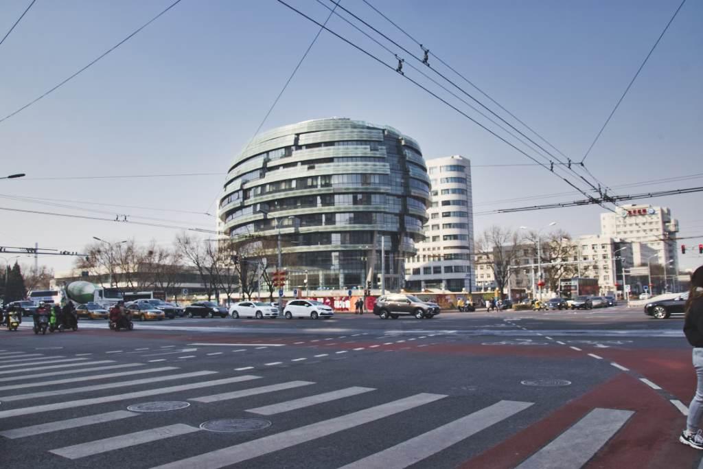 Kreuzung und modernes Gebäude in Peking