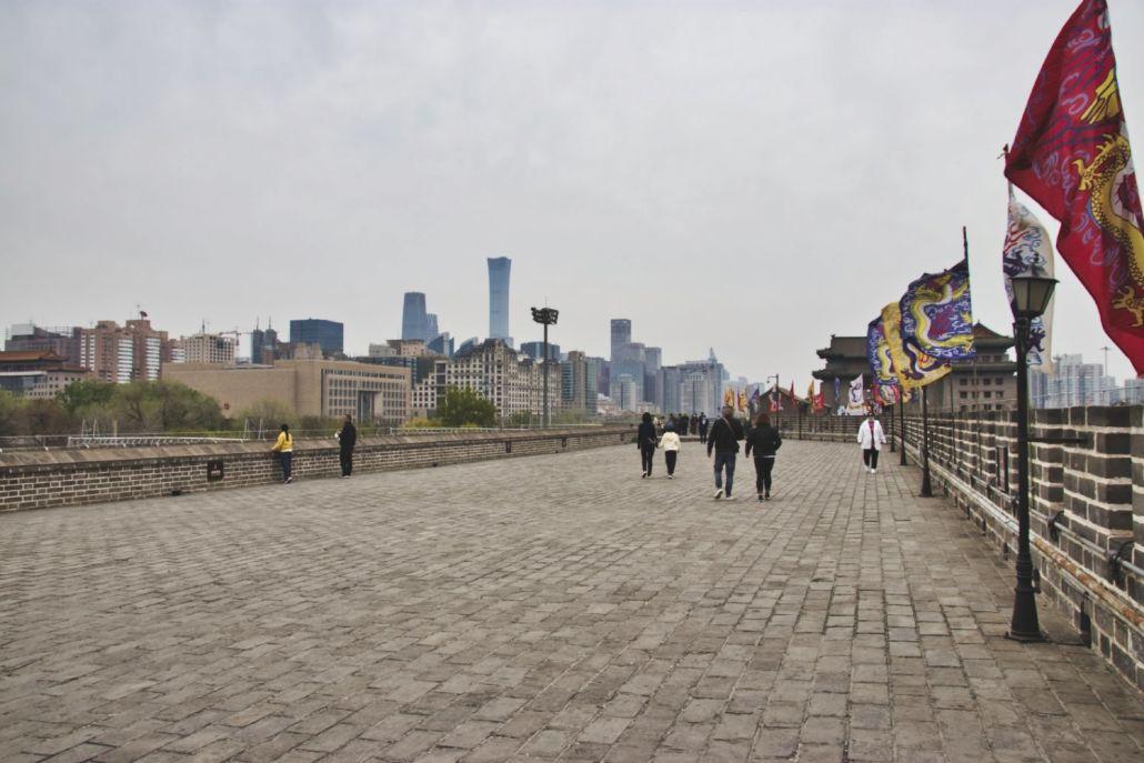 Pekings Stadtmauer mit Blick auf den CBD