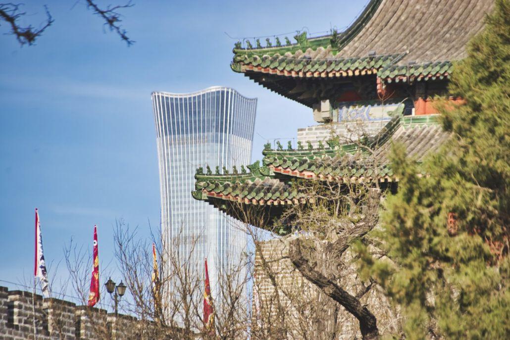 Fox Tower (Wachturm an der Stadtmauer) und der Zhongguo Zun vor blauem Himmel