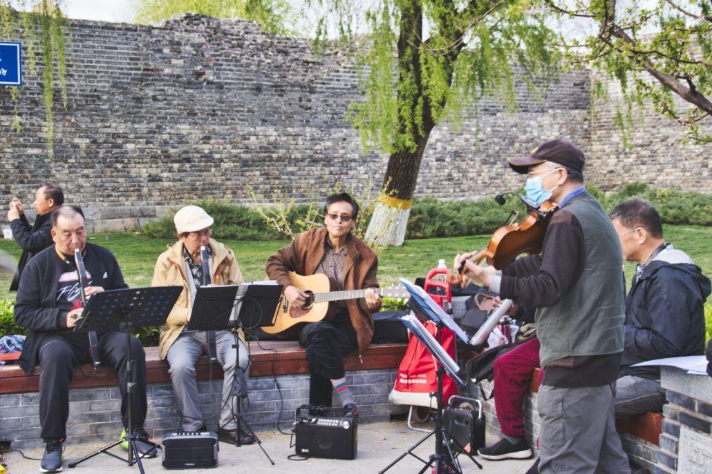 Musiker vor der Mauer im Stadtmauer-Park in Peking