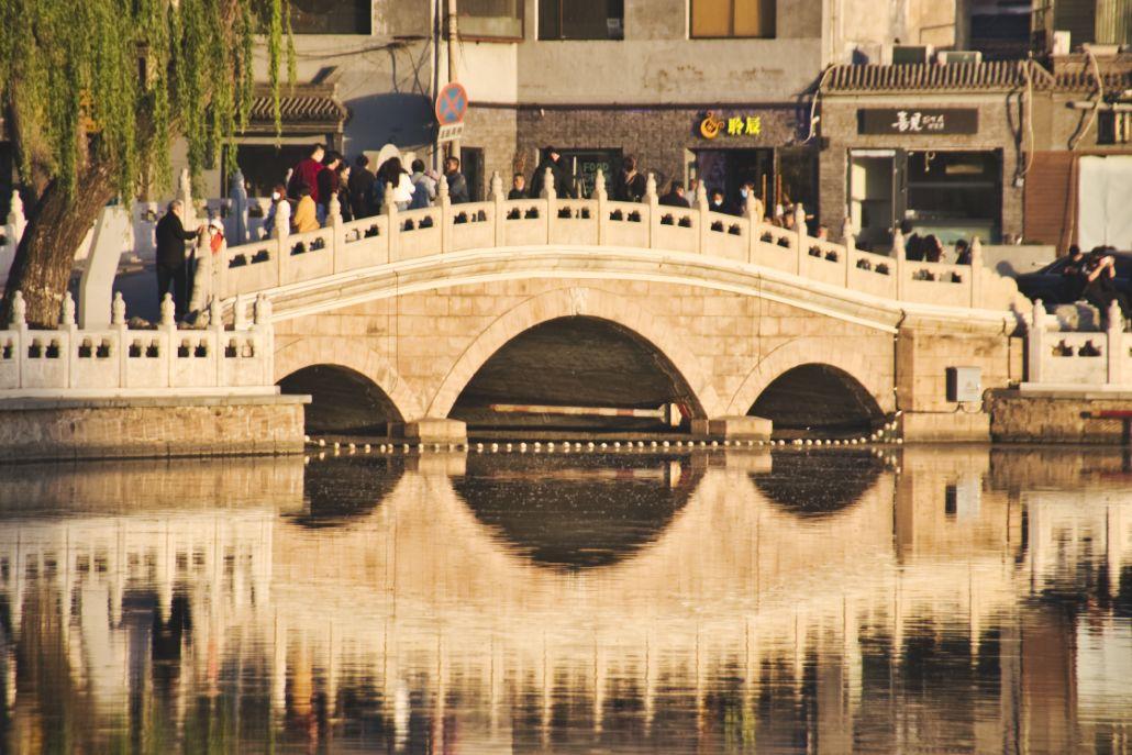 Jinding-Brücke, drei-Loch-Bogenbrücke in Peking, mit Spiegelung im Wasser