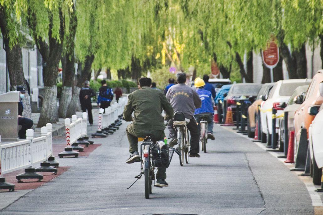 Arbeiter auf Fahrrädern im Pekinger Hutong