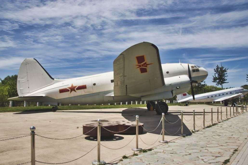 C-46, dahinter Li-2 im Beijing Aviation Museum
