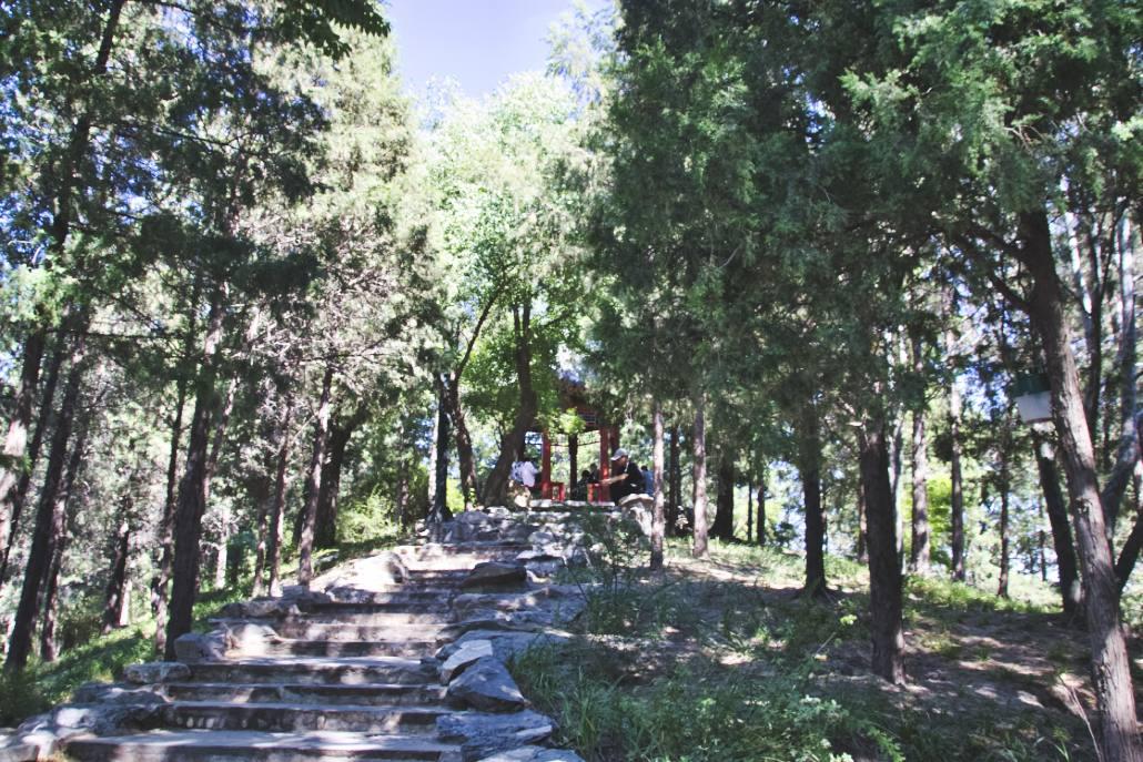 Einer der Pavillons auf einem Hügel im Pekinger Taoranting-Park.