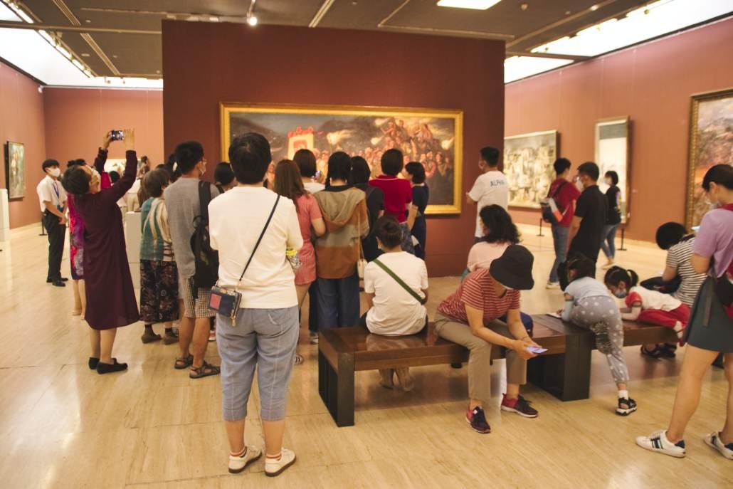 Besuchergruppe vor Gemälde im NAMOC
