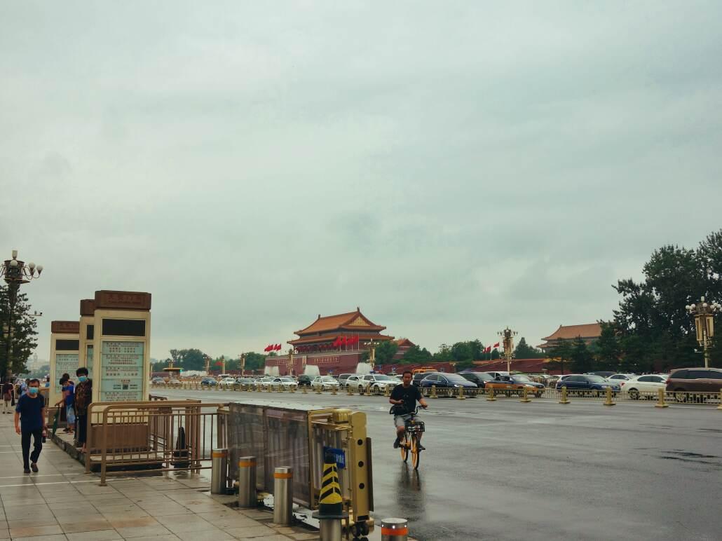 Blick vom Metro Ausgang Tiananmen Ost zum Tor des Himmlischen Friedens