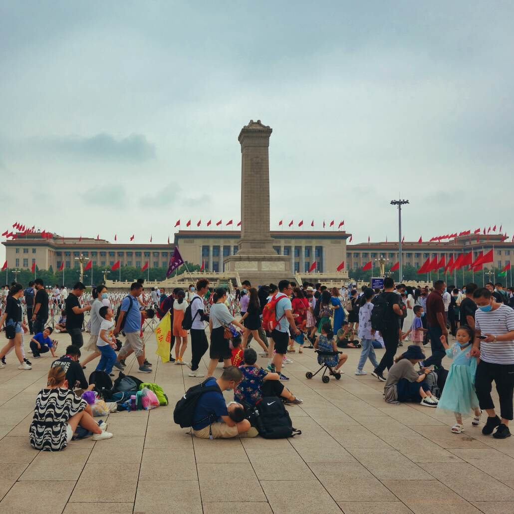 Tian'anmen: Blick auf das Denkmal für die Helden des Volkes und die Große Halle des Volkes - mit vielen Menschen auf dem Platz