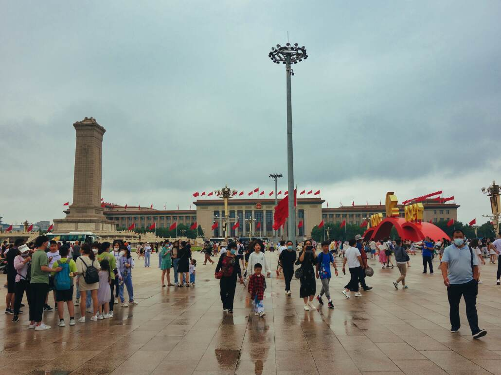 Tian'anmen, Blick auf die Große Halle des Volkes und das Denkmal für die Helden des Volkes